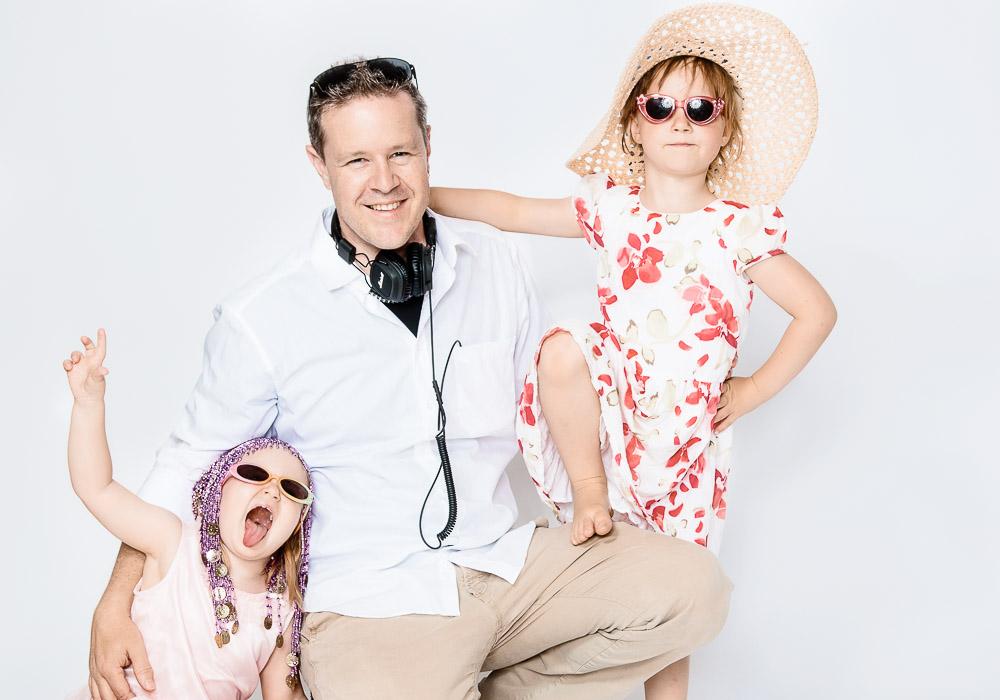 Familienfotos, Papa mit Mädchen auf Knie, fotografiert vom Fotograf/Fotostudio