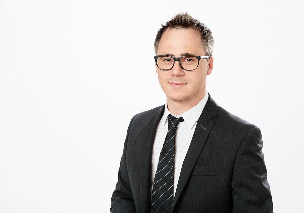 Bewerbungsfoto-Business Mann mit Brille, fotografiert vom Fotograf/Fotostudio