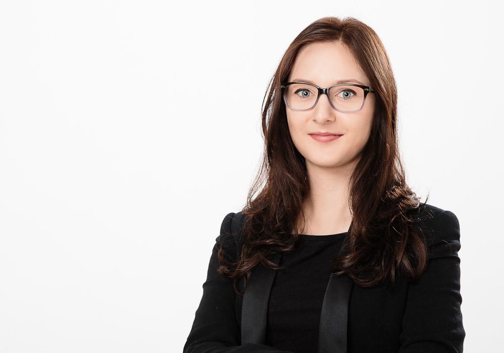 Bewerbungsfoto-Business Frau mit Brille, fotografiert vom Fotograf/Fotostudio