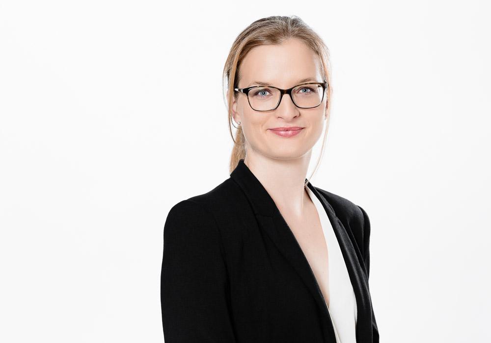 Bewerbungsfoto-Business, Frau mit Brille, fotografiert vom Fotograf/Fotostudio