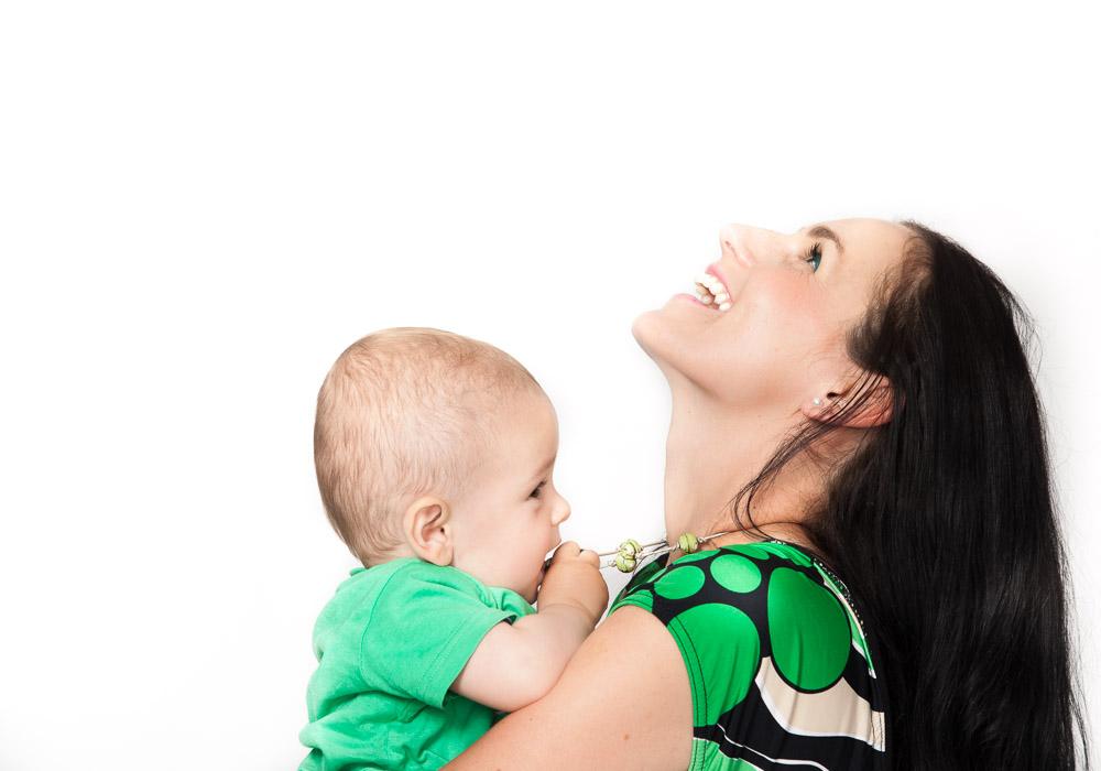 Babyfoto-Newbornfoto, auf Arm von Mama, fotografiert vom Fotograf/Fotostudio