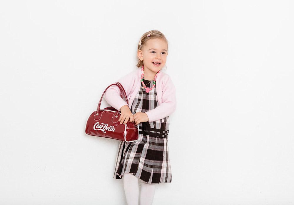 Kinderfoto von Mädchen mit Tasche, fotografiert vom Fotograf/Fotostudio
