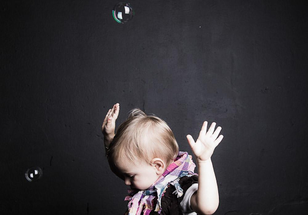 Kinderfoto von Mädchen mit Seifenblasen, fotografiert vom Fotograf/Fotostudio