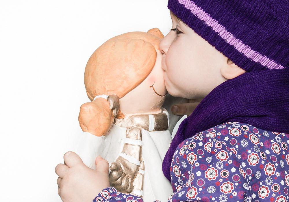 Kinderfoto-Babyfoto mit Mütze und Kuss, fotografiert vom Fotograf/Fotostudio