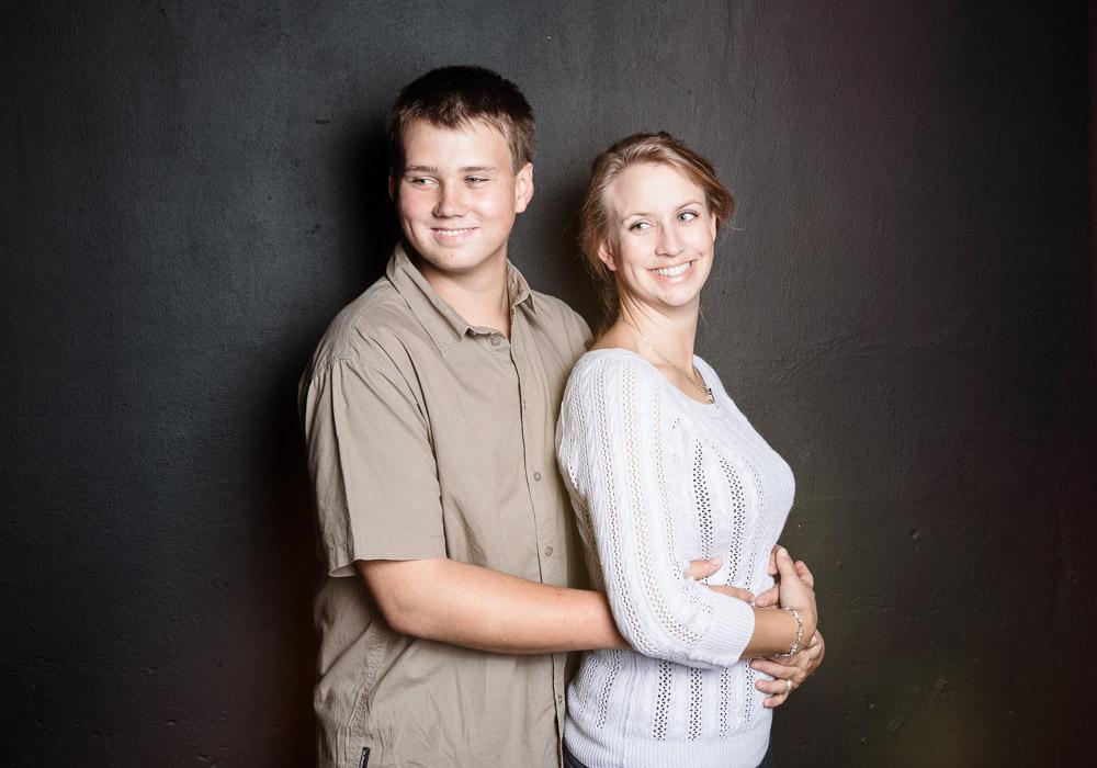 Familienfoto mit Geschwister, fotografiert vom Fotograf/Fotostudio