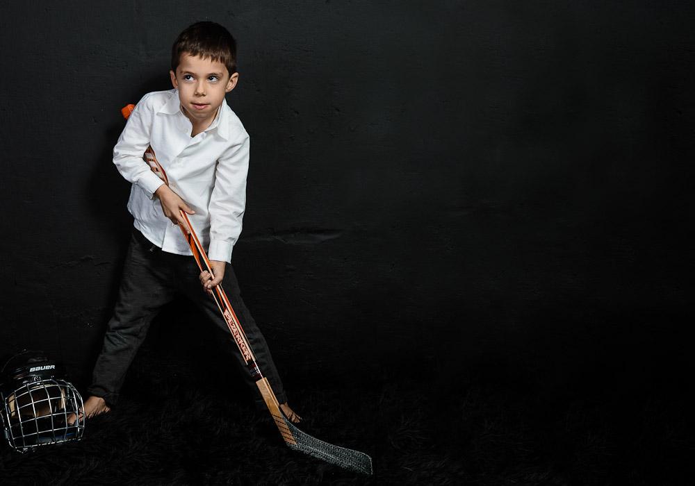 Kinderfoto mit Hockeyausrüstung, fotografiert vom Fotograf/Fotostudio