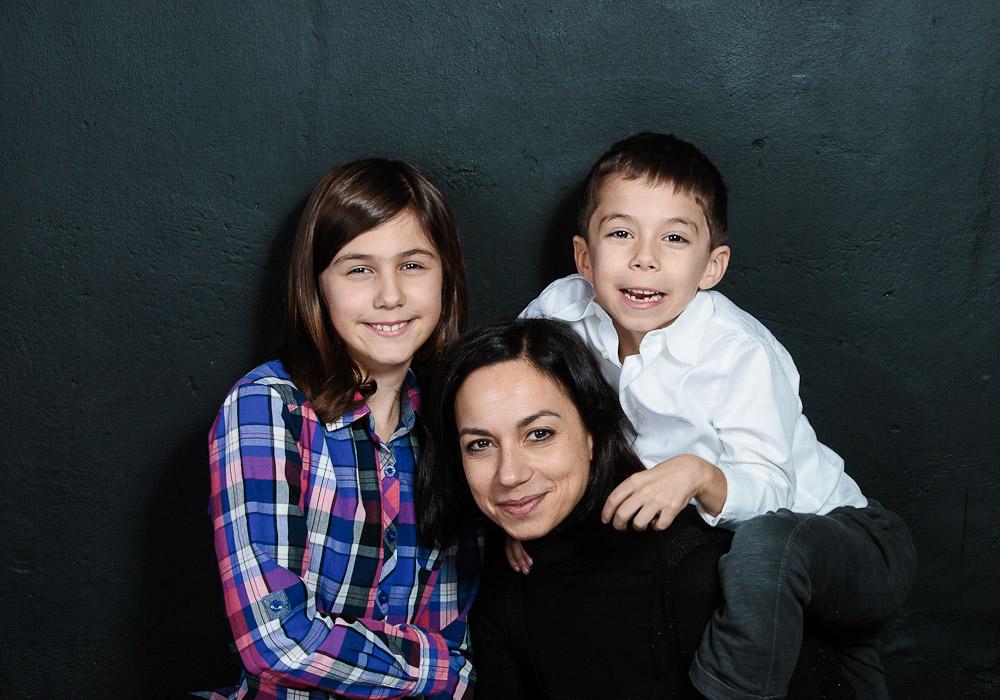 Familienfoto mit Mama und Kinder, fotografiert vom Fotograf/Fotostudio