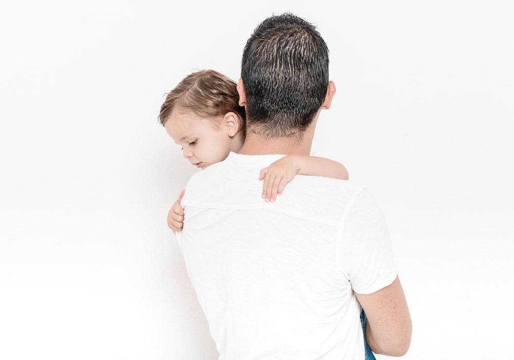 Familienfoto-Kinderfoto, Papa mit Kind auf Arm, fotografiert vom Fotograf/Fotostudio