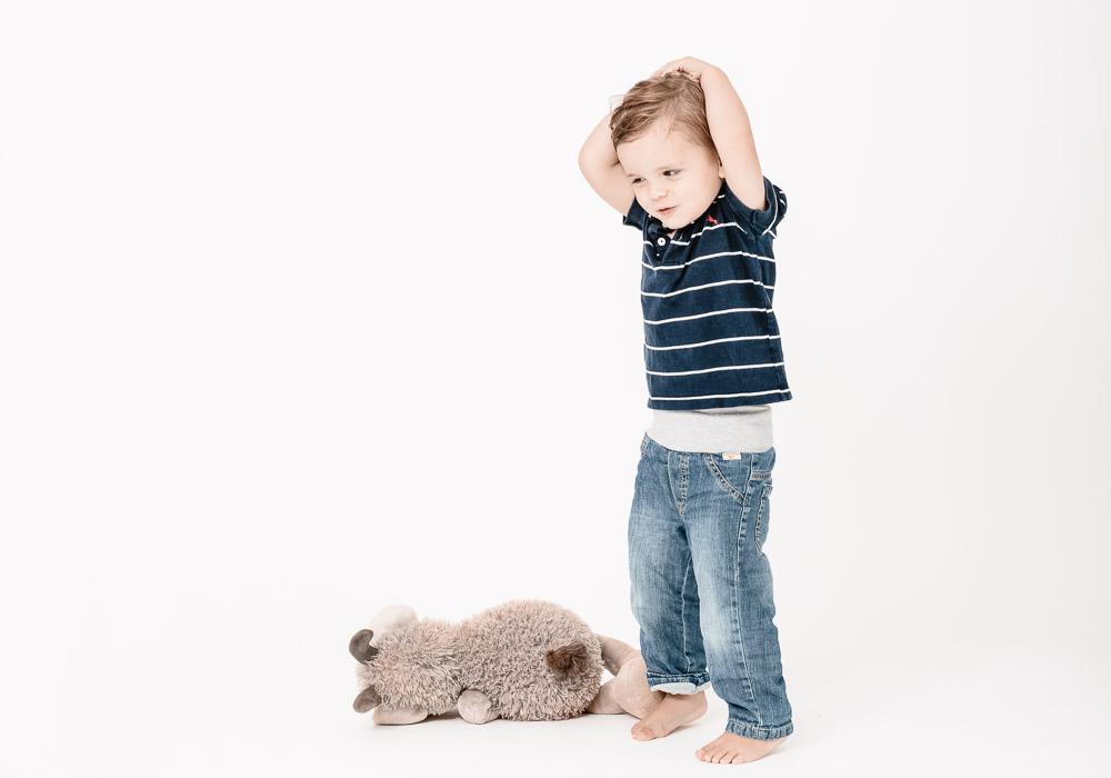 Kinderfoto, Junge mit Plüschtier, fotografiert vom Fotograf/Fotostudio