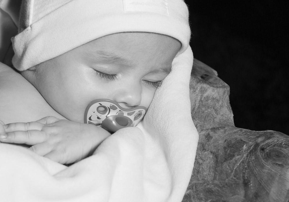 Babyfoto Newborn schwarzweiss, fotografiert vom Fotograf/Fotostudio