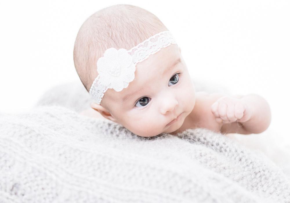 Babyfoto Newborn auf Decke, fotografiert vom Fotograf/Fotostudio