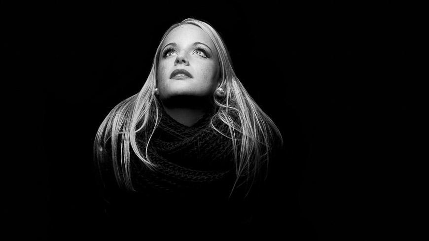 Portraitfoto von Frau mit Schal in schwarzweiss, fotografiert vom Fotograf/Fotostudio
