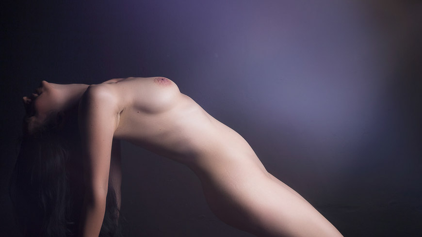 Portraitfoto-Aktfoto von Frau, fotografiert vom Fotograf/Fotostudio