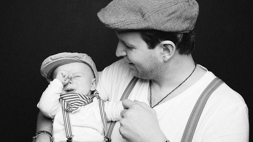 Familienfoto-Kinderfoto, Vater und Baby schwarzweiss, fotografiert vom Fotograf/Fotostudio