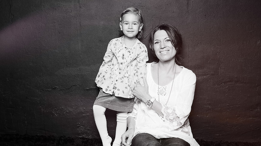 Familienfoto-Kinderfoto, Mutter und Kind schwarzweiss, fotografiert vom Fotograf/Fotostudio