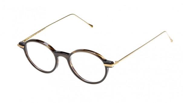 Still Life Foto Büffelhornbrille braun mit Gold freigestellt vor weissem Hintergrund